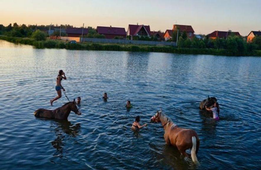 Die kurzen, herrlichen Sommer wärmen die russische Seele. In der Datschensiedlung Wjalki müssen Kinder gar nicht …