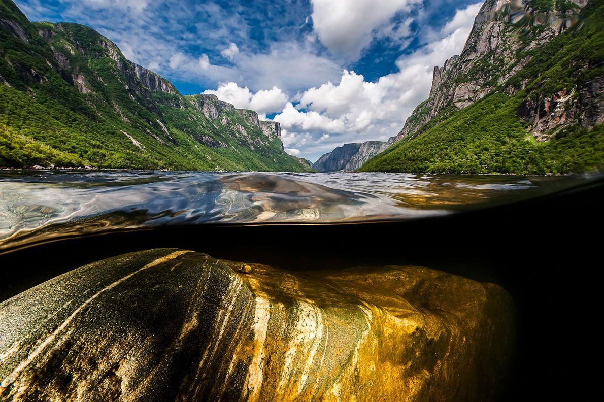 Steile Felswände erheben sich 600 Meter über dem Western Brook Pond, einem Fjord im Gros-Morne-Nationalpark. Das ...