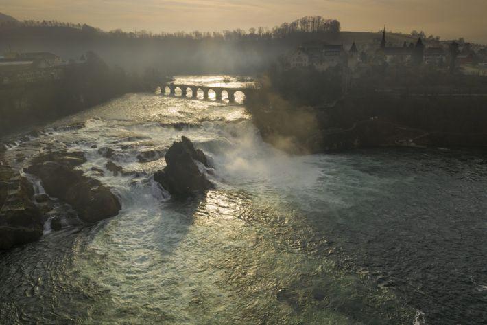Im tiefen Winter kann der tosende Rhein den Eindruck erwecken, dass es in Deutschland reichlich Wasser ...