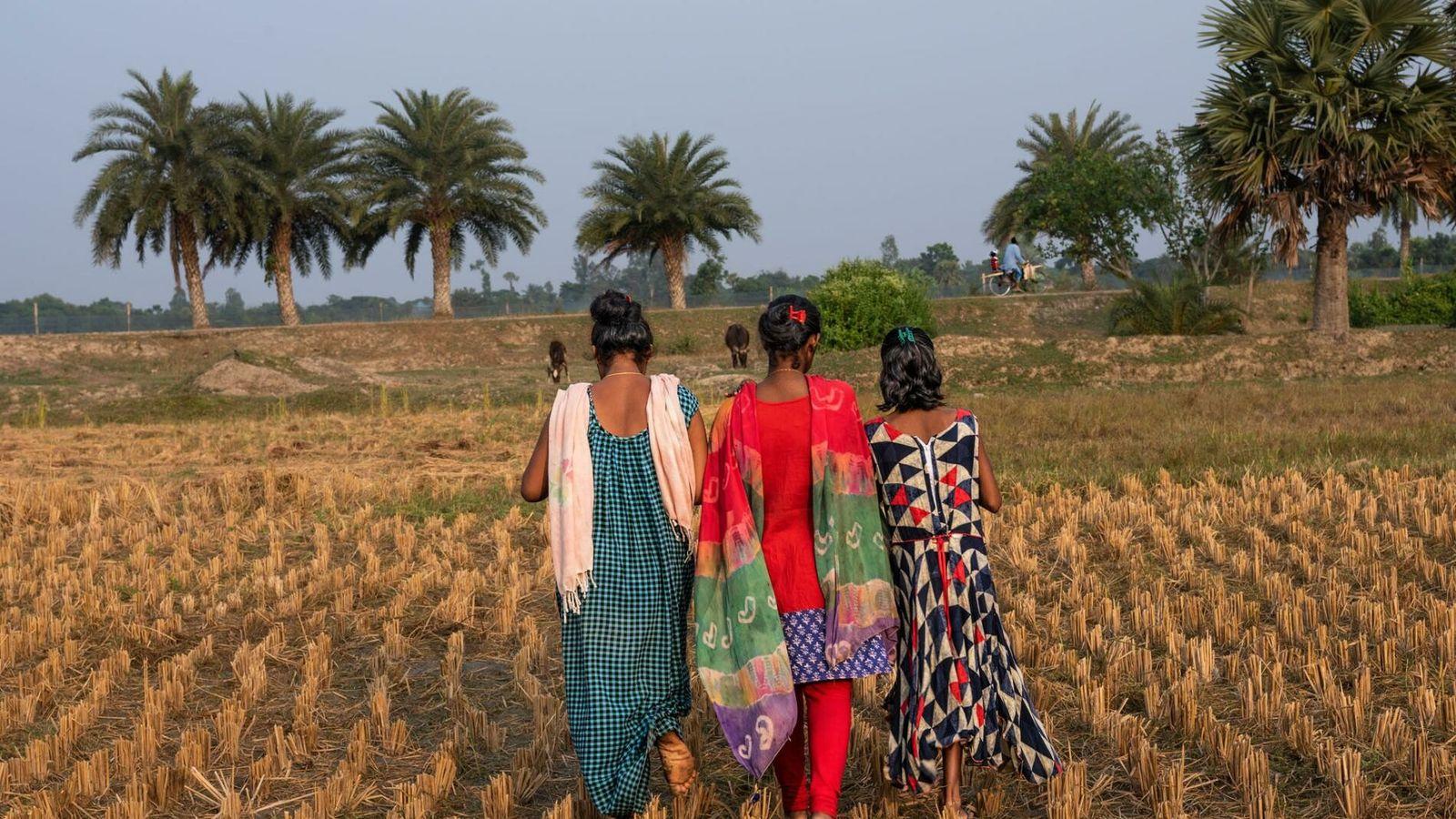M., heute 18 Jahre alt, wird bei einem Spaziergang durch ein Feld im indischen Bundesstaat Westbengalen ...