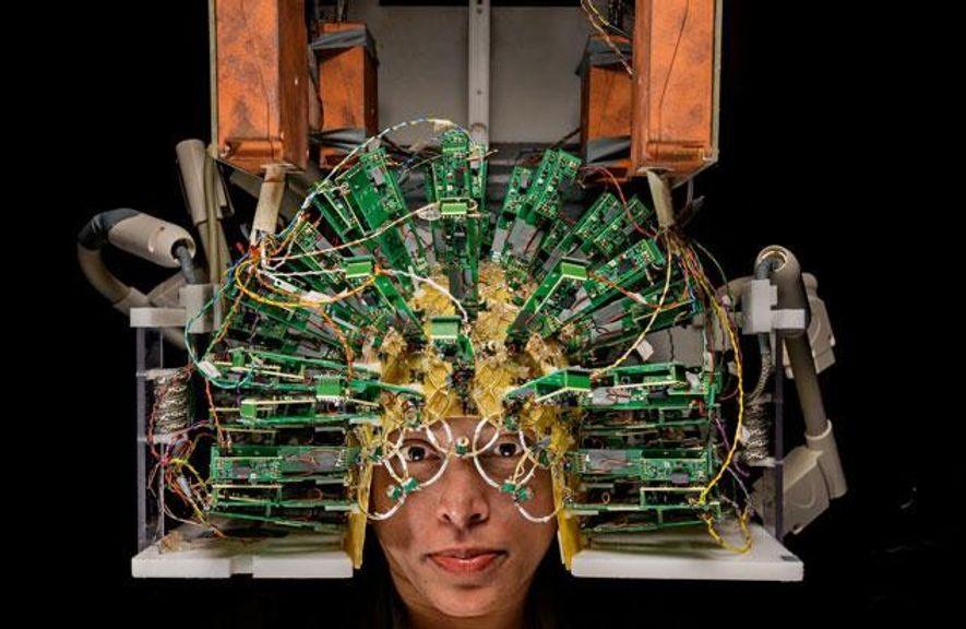 Der Helm voller Sensoren ist Teil eines Gehirnscanners, der fast so viel Strom verbraucht wie ein …