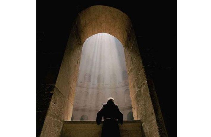Der Priester Fergus Clarke in der Grabeskirche von Jerusalem