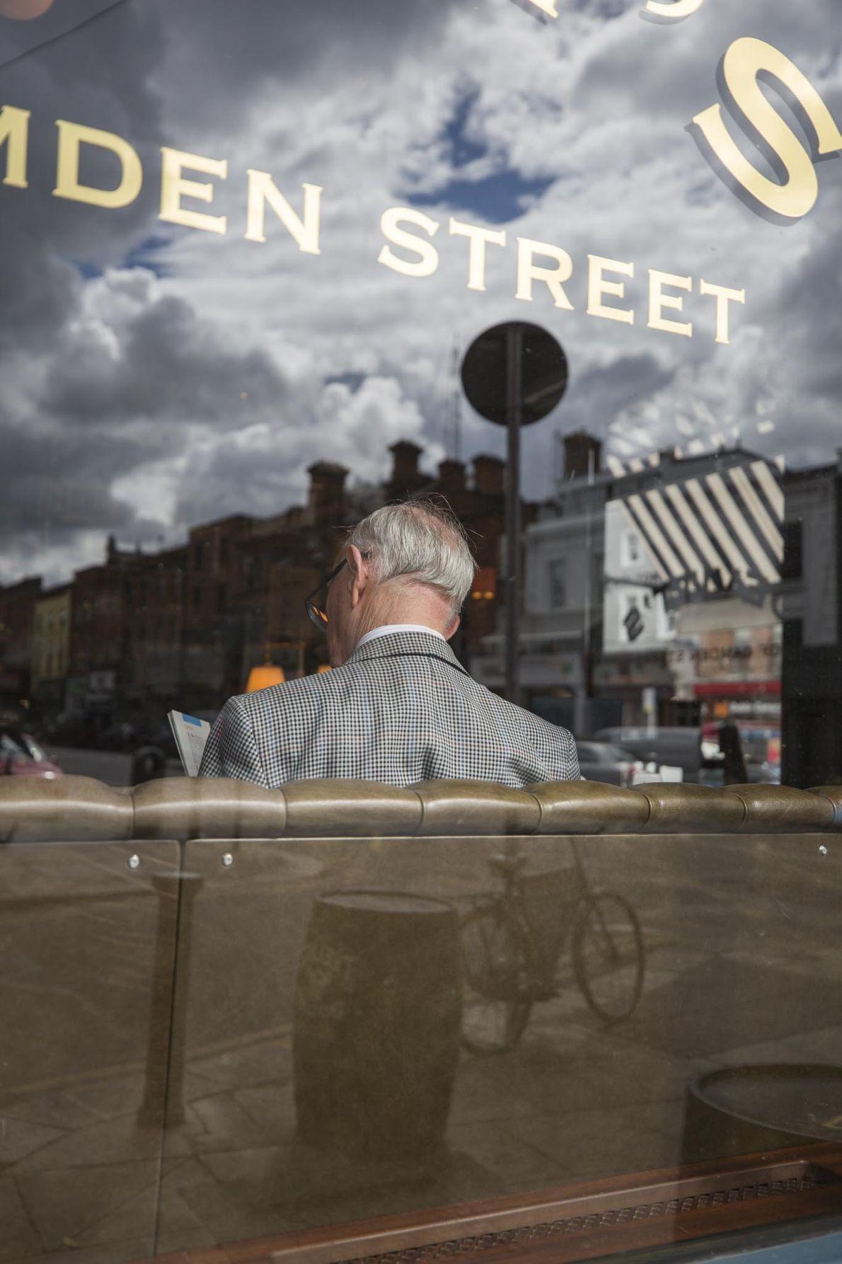 Im Devitts Pub liest ein Kunde etwas. Der traditionelle irische Pub befindet sich auf der Camden ...