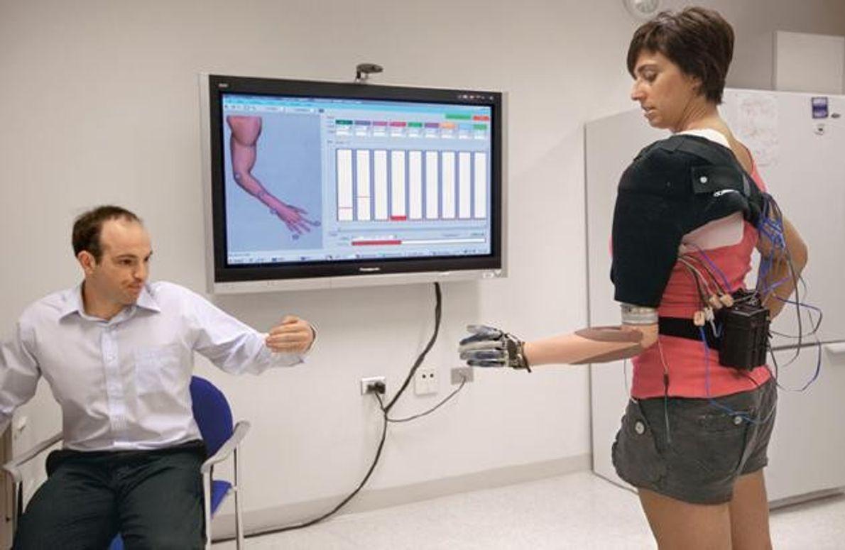 Amanda Kitts stellt sich vor, sie bewegte die linke Hand. Das aktiviert Muskeln in ihrem Armstumpf. …
