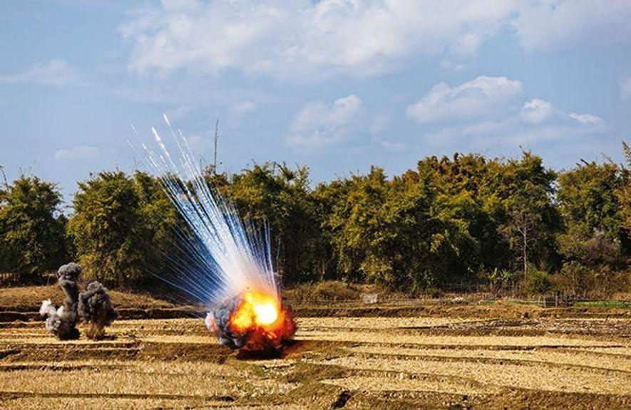 Flieger-Bomben werden auf einem Feld in Laos gesprengt. Noch immer liegen viele Blindgänger im Boden.