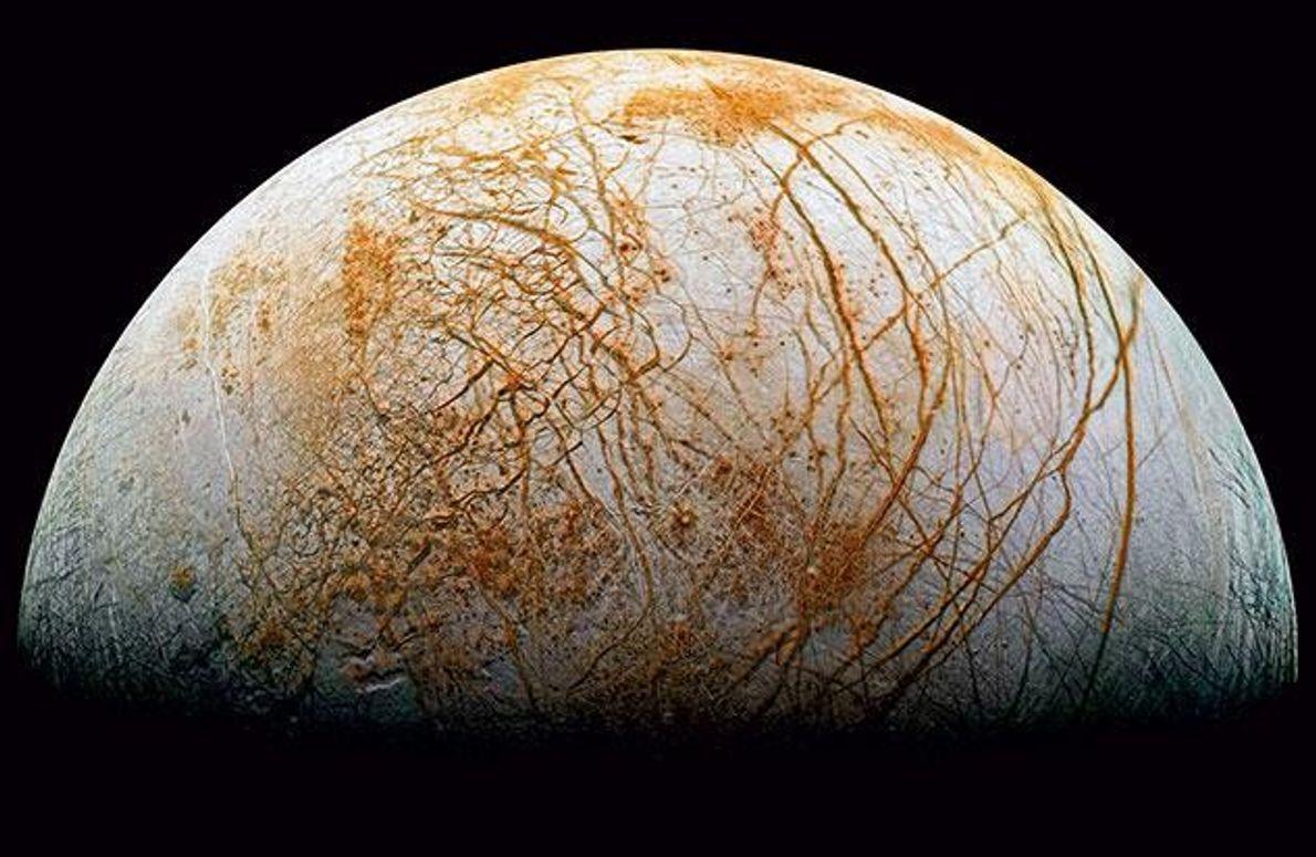 Die gefrorene, von Spalten durchzogene Oberfläche des Jupitermondes Europa. Unter ihr liegt ein Ozean, der möglicherweise …