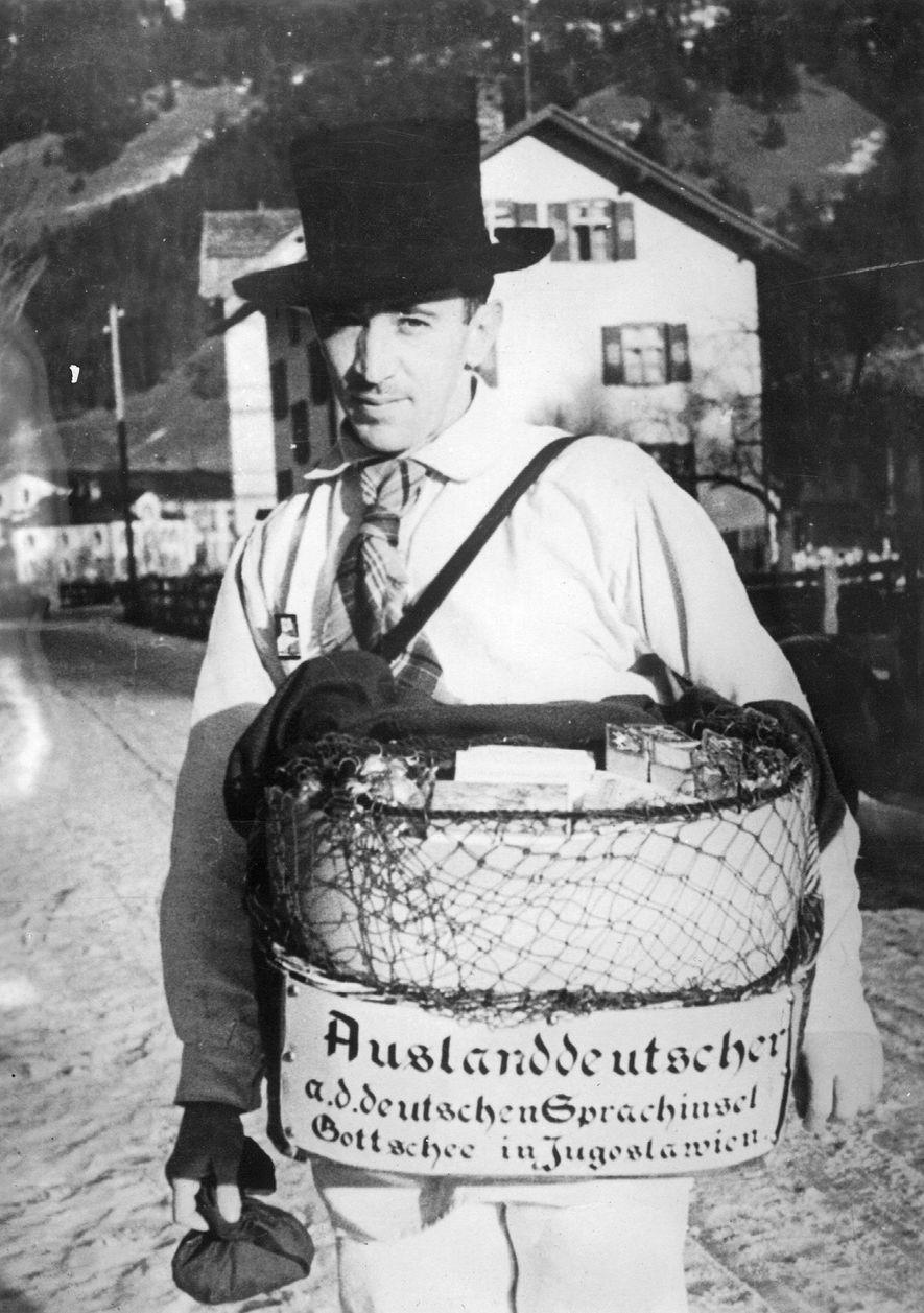 """Ein """"Auslanddeutscher"""" aus dem Gottscheer Land posiert 1936 für ein Foto. Nach dem Zweiten Weltkrieg wurden ..."""