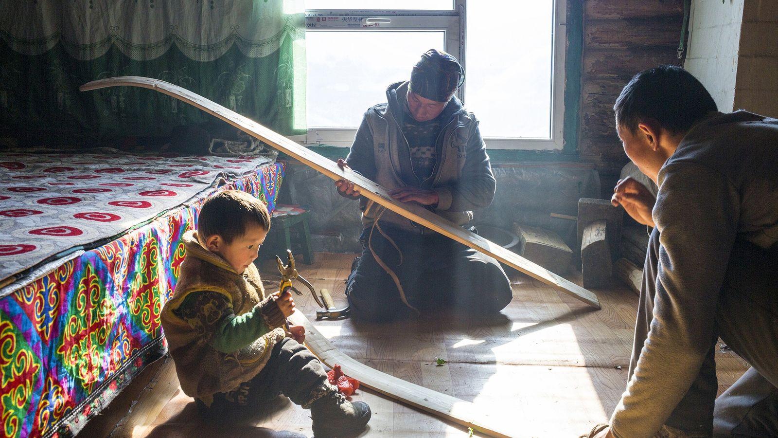 Viele seltene Sprachen laufen Gefahr zu verschwinden. Diese Nachbarn, die im chinesischen Altai-Gebirge leben, bauen gerade ...