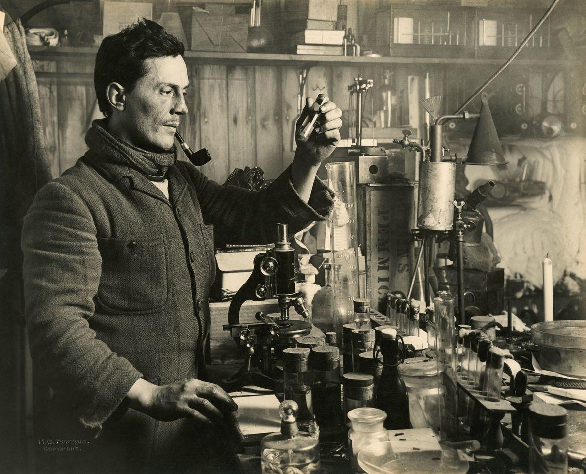 Dr. Edward Atkinson führt in seinem Labor während der Expedition Experimente durch. Teil von Scotts Ziel ...