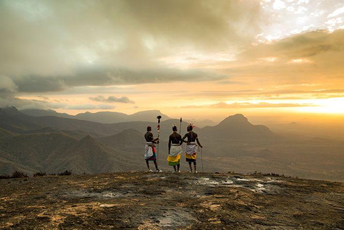 Samburu-Krieger stehen an einem Bergrücken