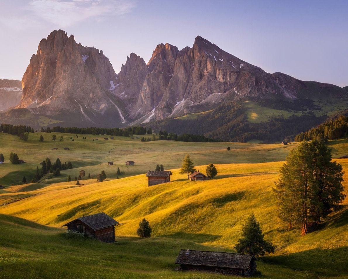Die Dolomiten in Italien wirken mit dem Alpe di Suisi im Vordergrund besonders dramatisch, dem größten ...
