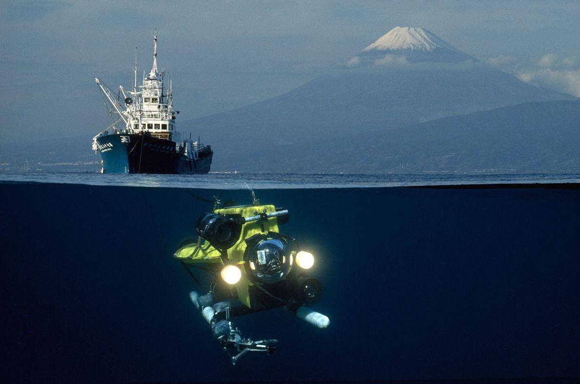 Ein Remotely Operated Vehicle (ROV), ein ferngesteuertes Fahrzeug, auf dem Weg hinab in die Suruga-Bucht in ...
