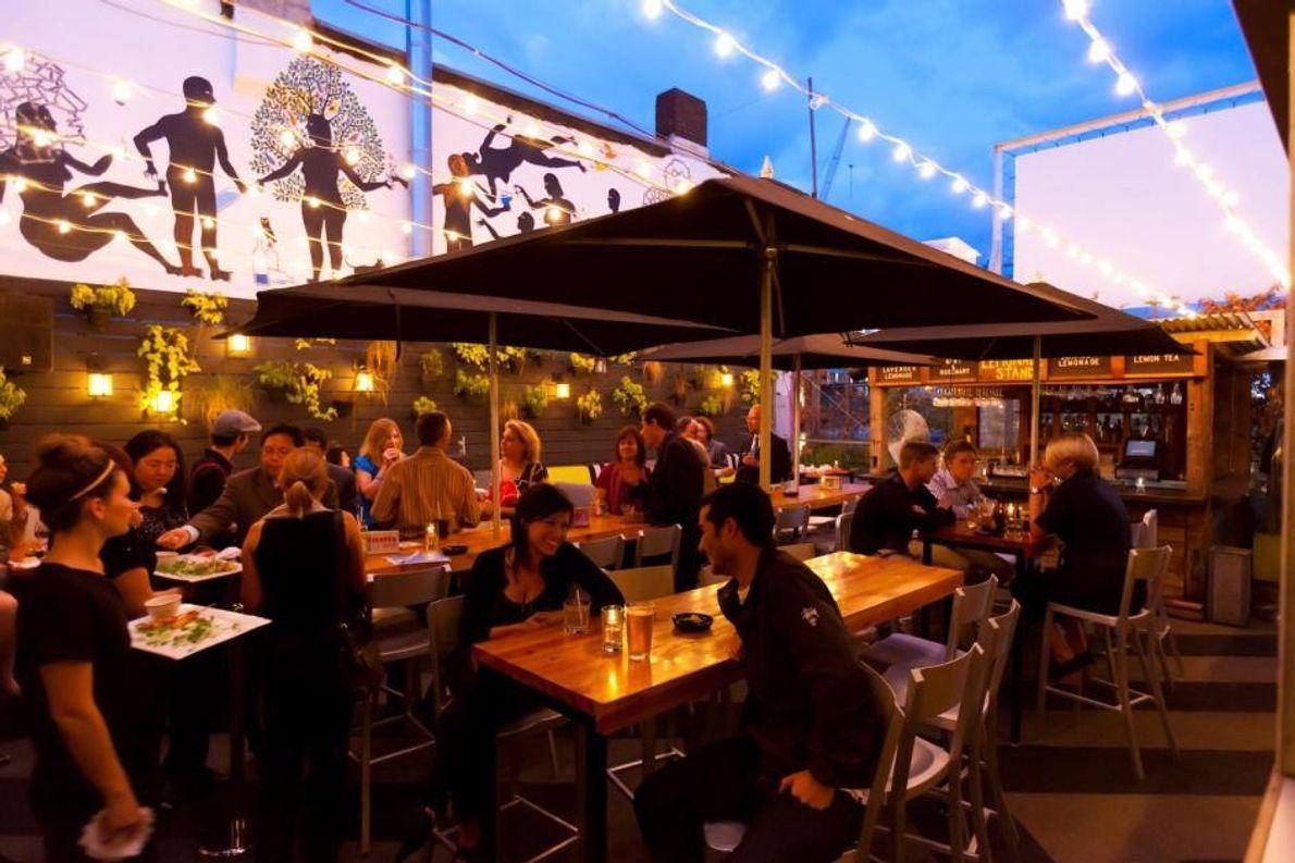 Der Sky Yard ist ein angesagtes Restaurant mit Bar auf dem Dach des Drake Hotels.
