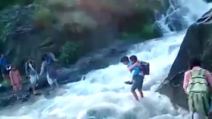 Kinder müssen auf Schulweg reißenden Fluss überqueren