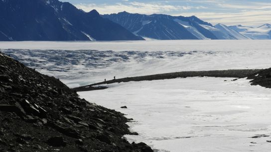 Zwei Mitglieder des Forschungsteams brechen auf, um Bodenproben am Shakleton-Gletscher zu entnehmen.