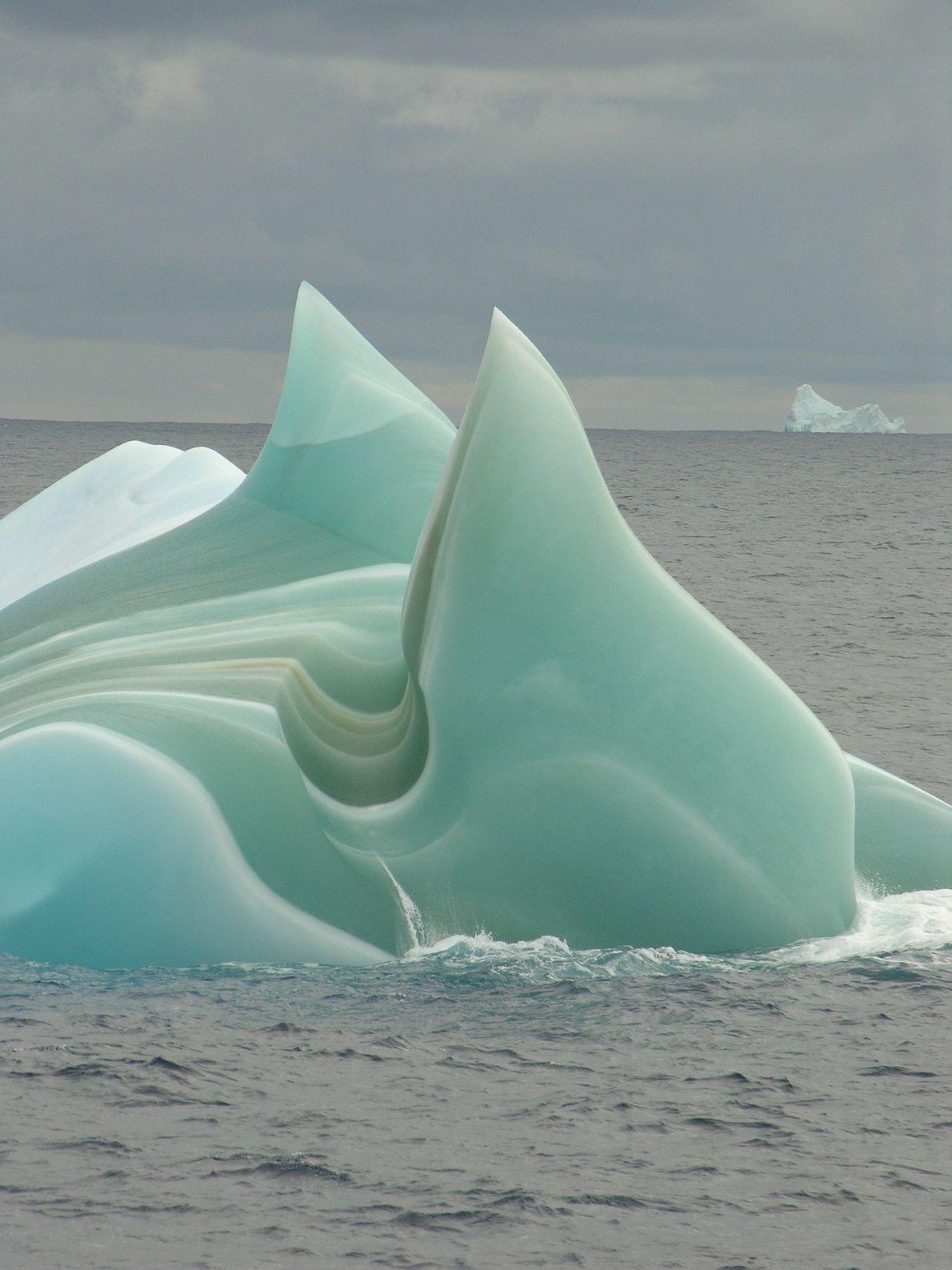 """Ein """"Jadeberg"""" treibt durch die Gewässer der Antarktis."""