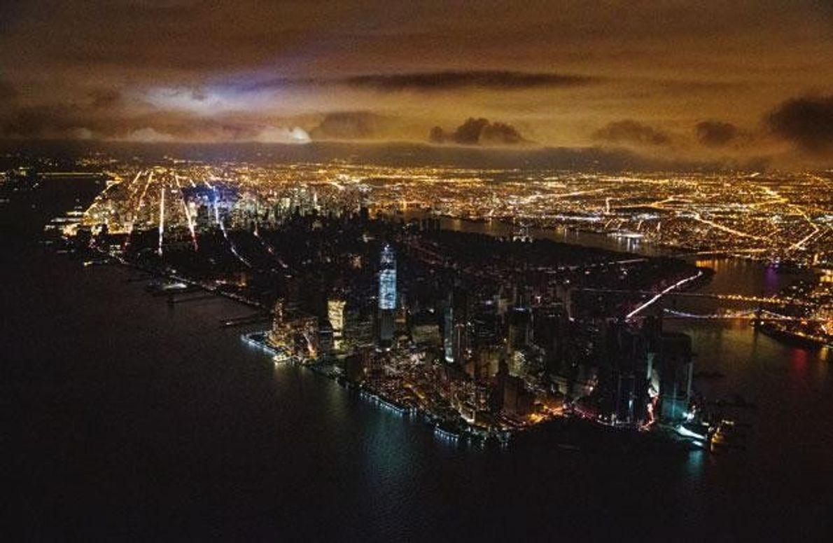 """In Manhattan zerstörten """"Sandys"""" Wasserfluten ein Umspannwerk, südlich von Midtown fiel der Strom aus. Private Generatoren …"""