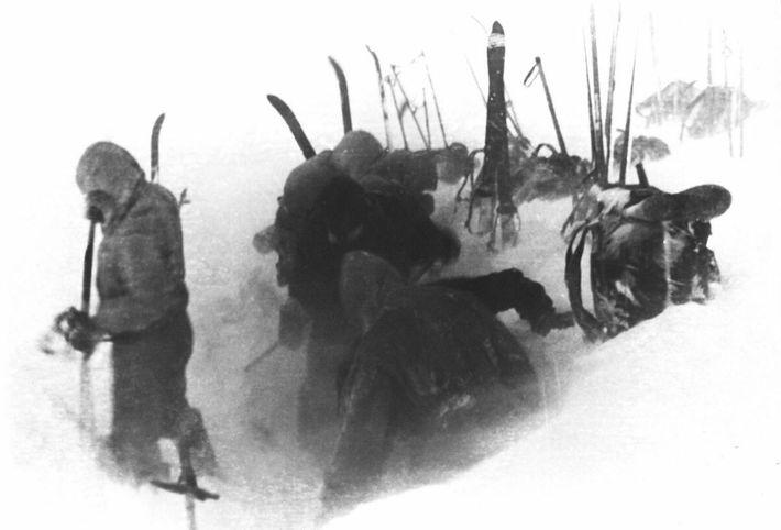 Ein am Tatort geborgener Film zeigt die letzte Aufnahme des Djatlow-Teams, das am Hang Schnee aushebt, ...
