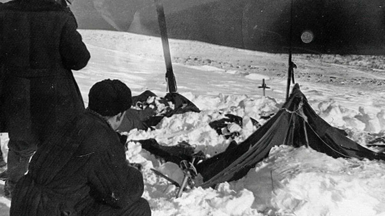 Sowjetische Ermittler untersuchen am 26. Februar 1959 das Zelt der Expeditionsgruppe vom Djatlow-Pass.