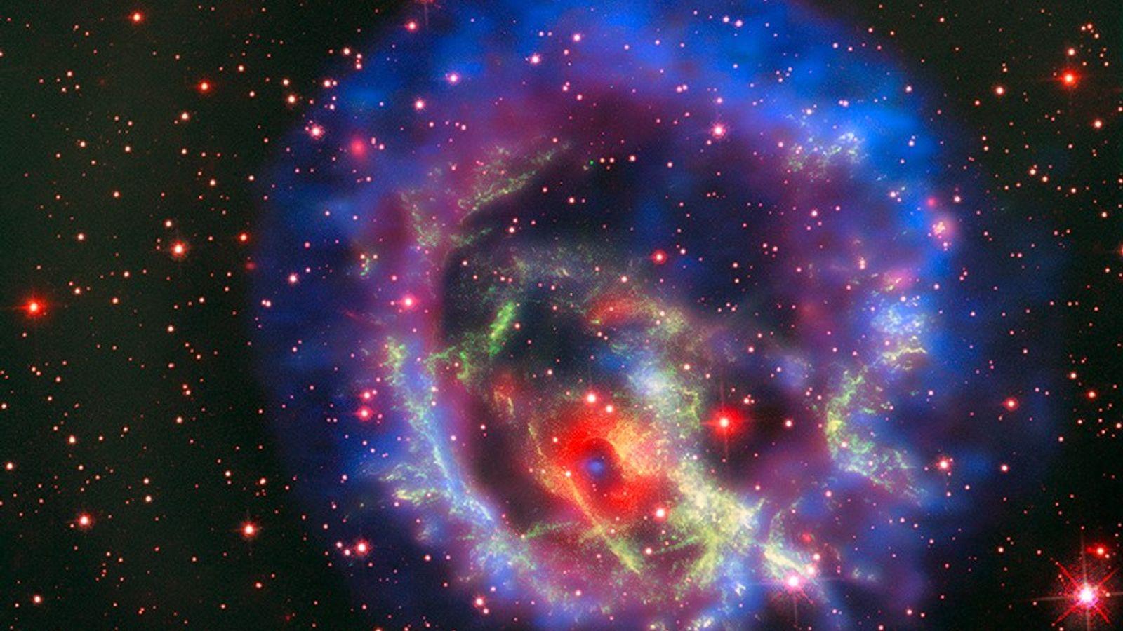 Ein dichter Neutronenstern – das Endstadium eines massereichen Sterns – befindet sich inmitten des Objekts E0102, ...