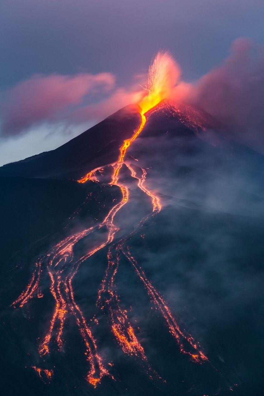 Der Vulkan Ätna bricht aus. Als der sizilianische Berg im Jahr 2002 Feuer und Asche spuckte, ...