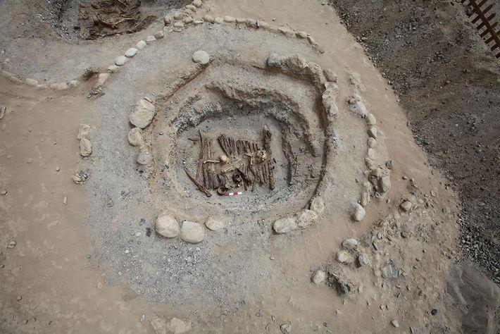 Eine Draufsicht auf ein typisches Begräbnis des Friedhofs Jirzankal.