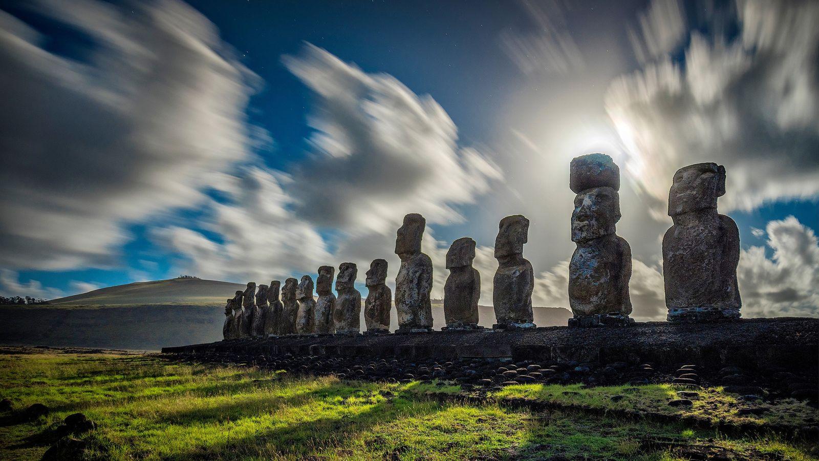 Wolken ziehen über die monumentalen Statuen der Osterinsel.