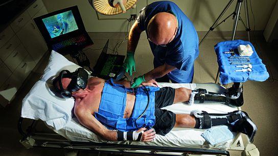 Der Unfallchirurg Reza Firoozabadi operiert am Harborview Medical Center in Seattle seinen Patienten Brent Bauer am ...