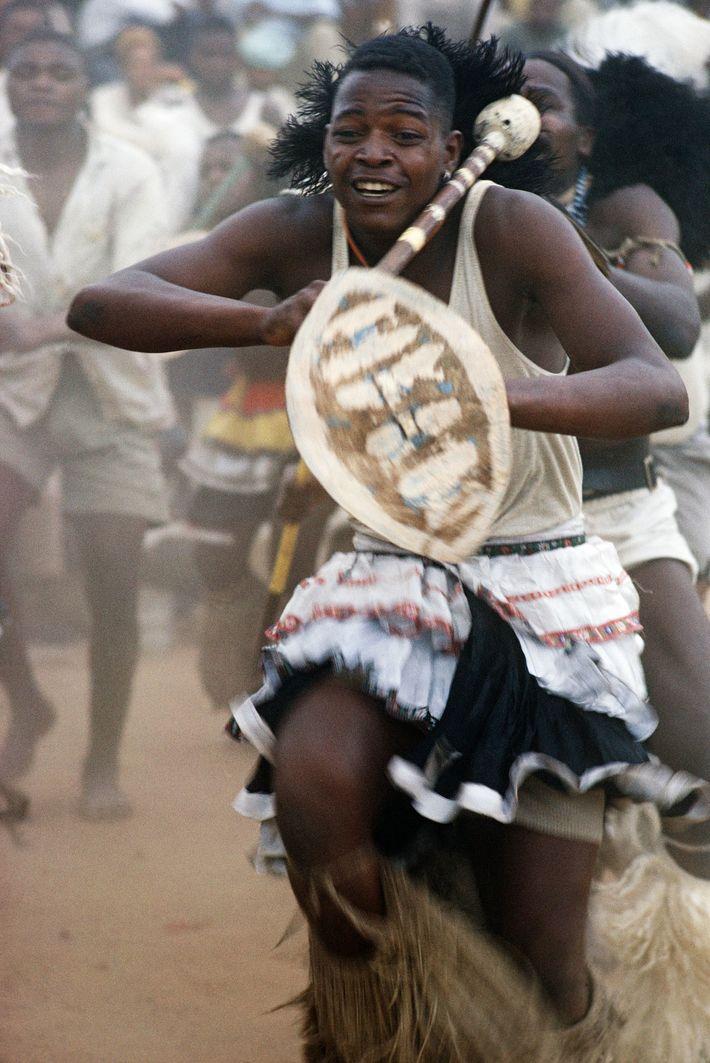 """Südafrikanische Goldgräber waren während """"wilder Stammestänze"""" """"von donnernden Trommeln bezaubert"""", heißt es in einer Ausgabe von ..."""