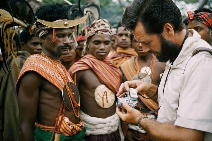 Der Fotograf Frank Schreider zeigt in einer Ausgabe von 1962 Männern von der Insel Timor seine ...