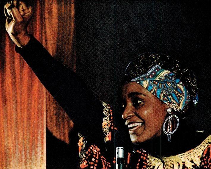 Ein Artikel, der 1977 über die Apartheid in Südafrika berichtete, zeigt Winnie Mandela, eine Mitbegründerin des ...