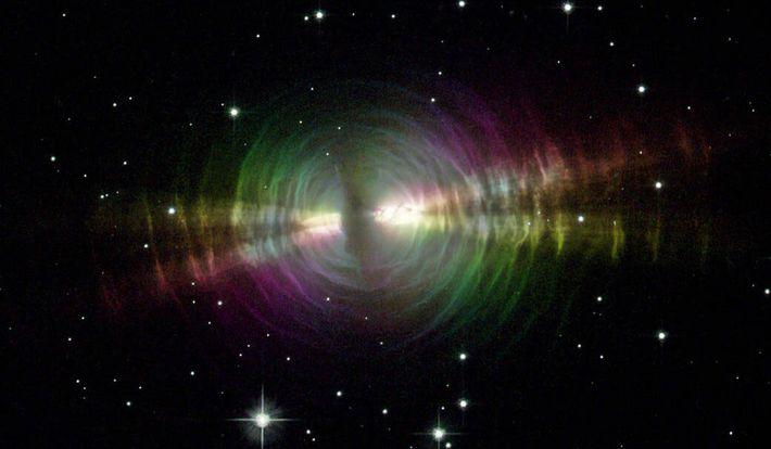 Staubausbrüche von alternden Sternen, ähnlich wie der oben abgebildete Eier-Nebel, sind eine mögliche Quelle für die ...