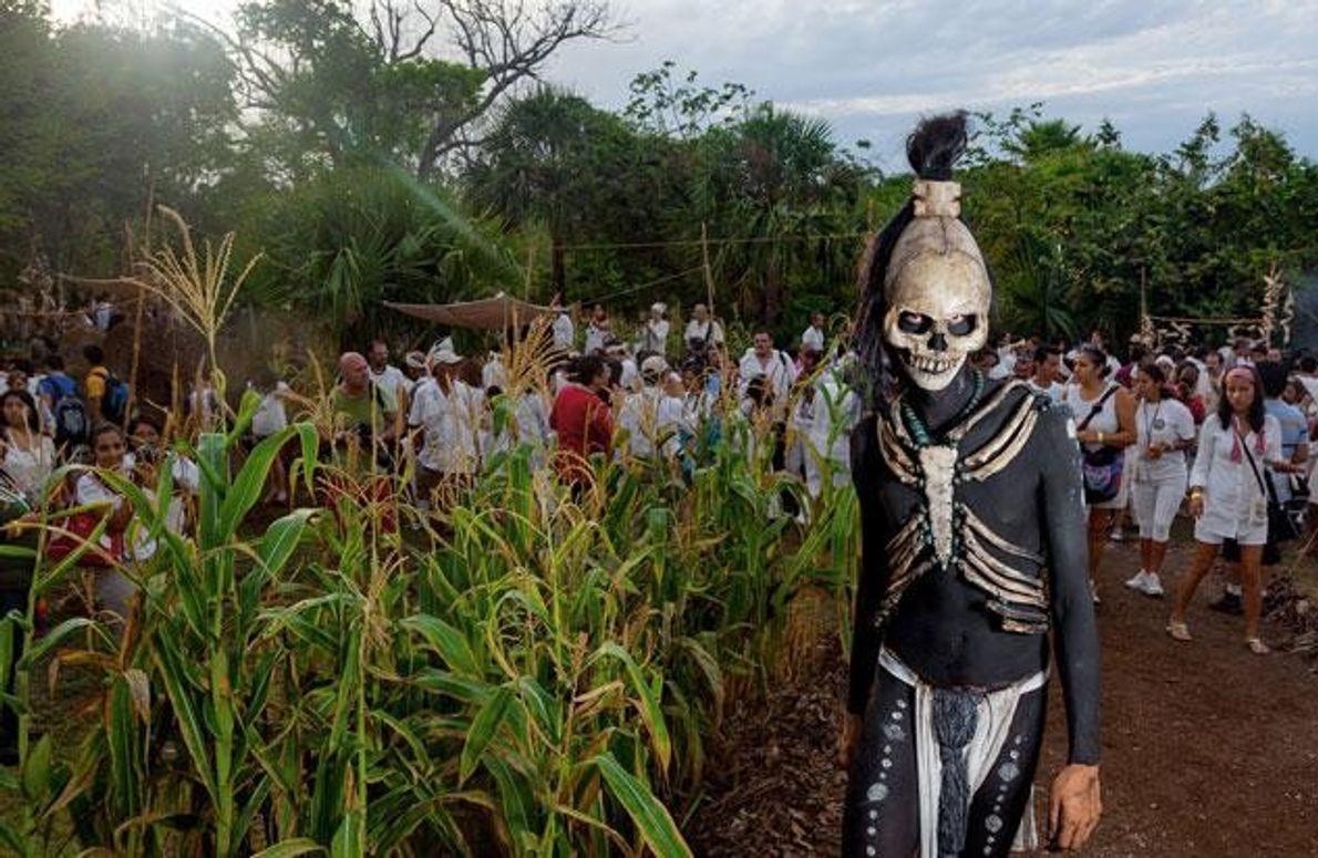 Im Freizeitpark Xcaret südlich von Cancún mischt sich dieser mythische Todesbote der Maya unter die Besucher. …