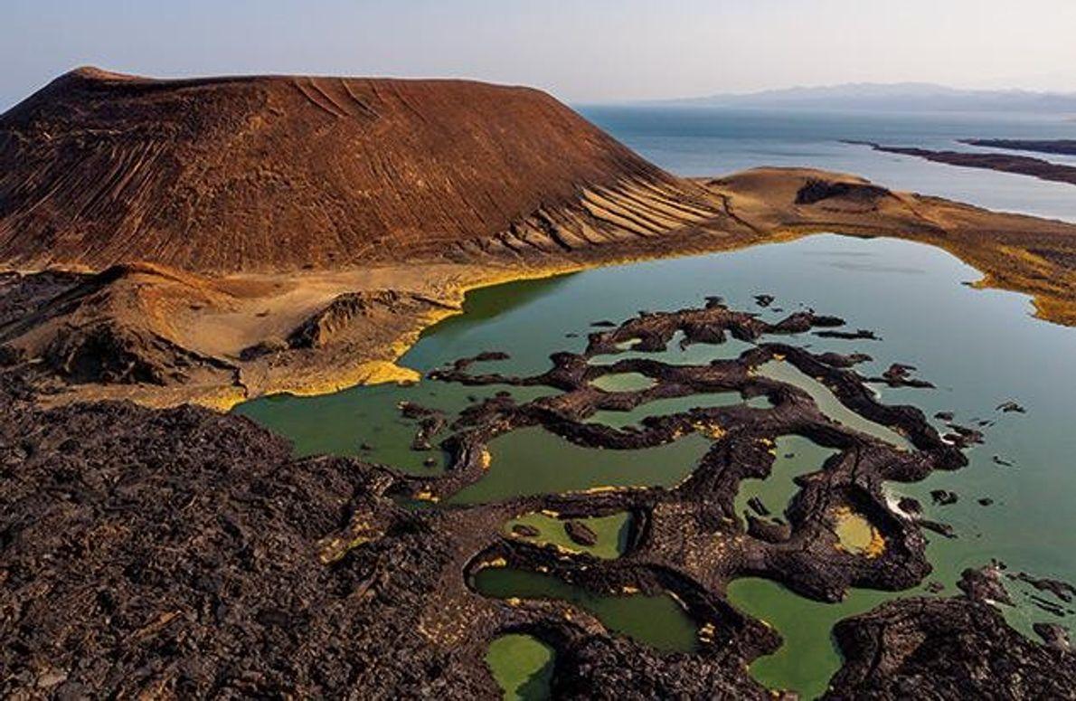 Algen färben das Wasser am Ufer des Turkanasees grün. Die ersten Forschungsreisenden nannten ihn aufgrund seiner …