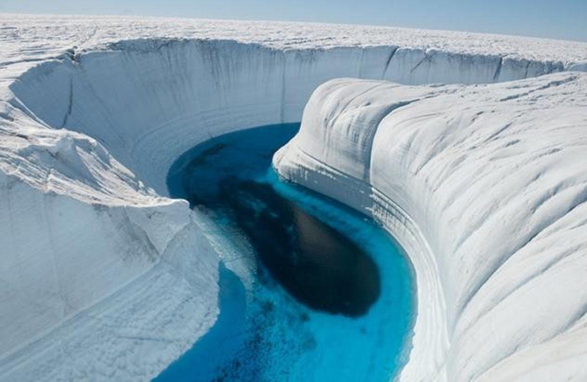 Schmelzwasser hat eine 45 Meter tiefe Schlucht ins Eis gefressen.