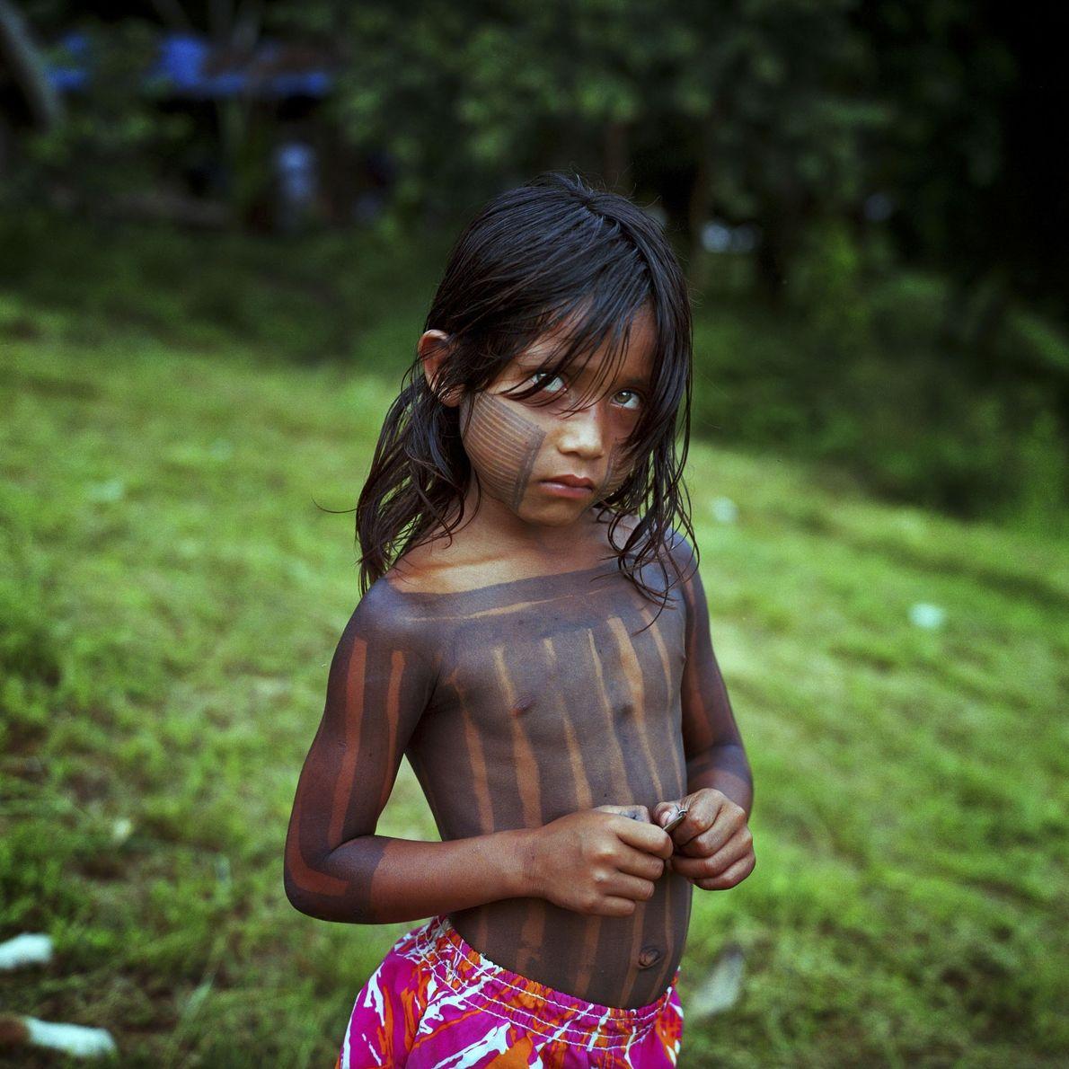 Ein Kind vor Ufer