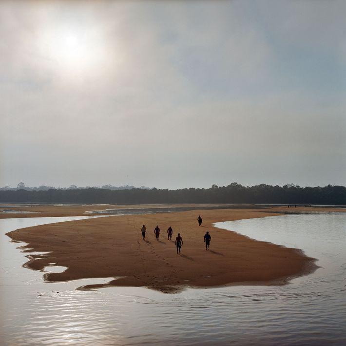 Munduruku laufen auf einer Sandbank