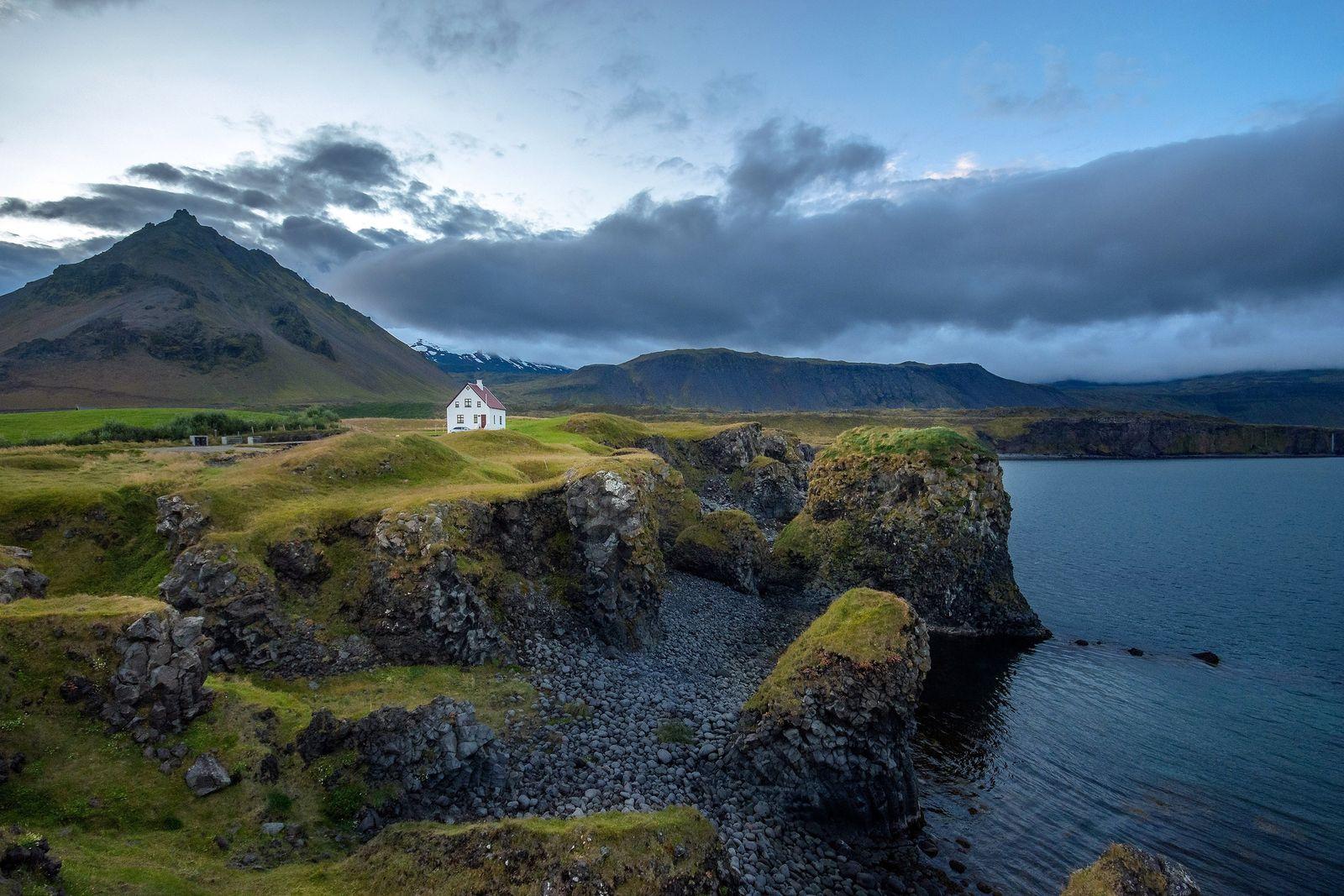 Elfen scheinen gut zu der fremdartigen Landschaft Islands zu passen.