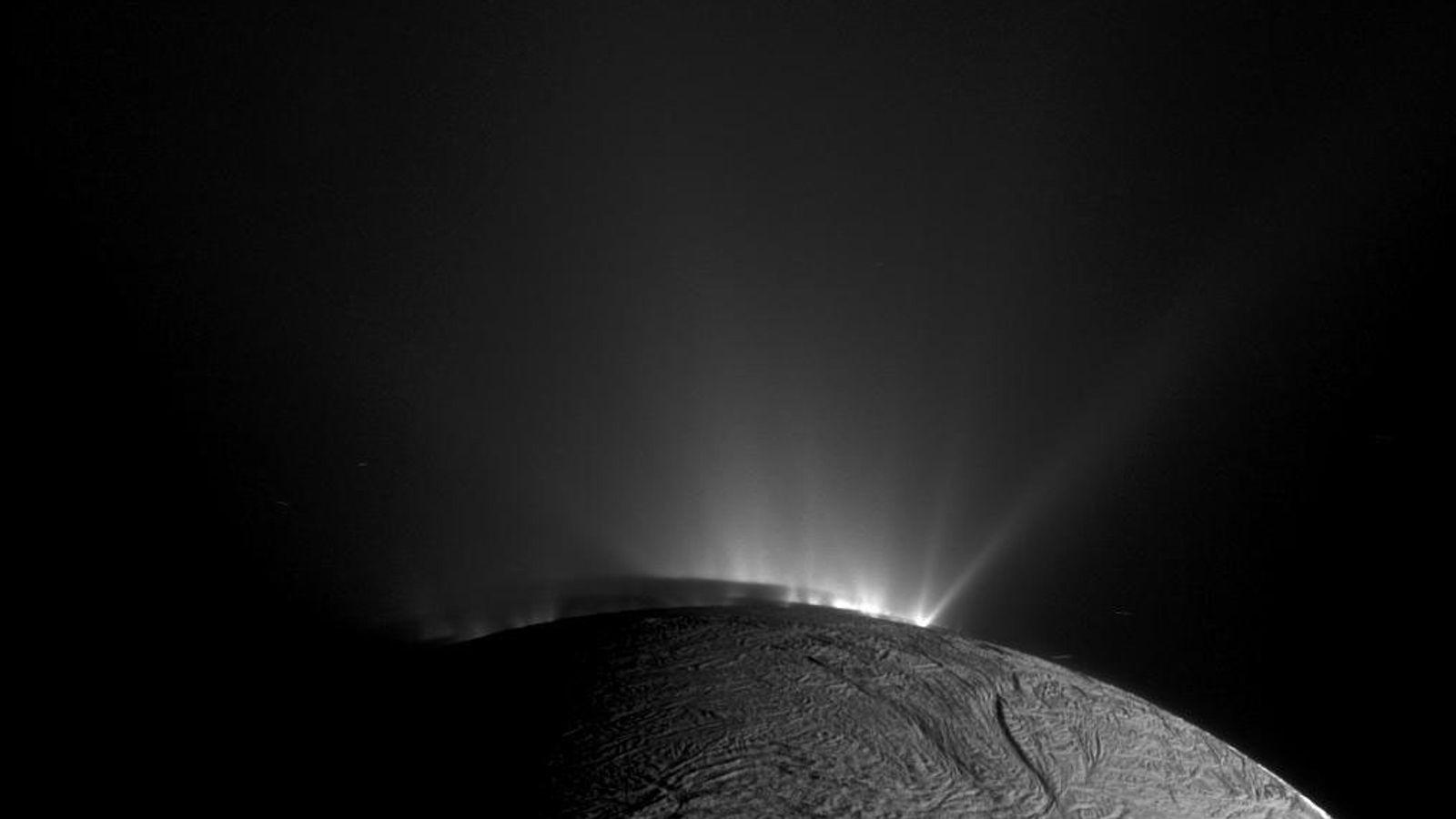 Die NASA-Raumsonde Cassini machte diese Aufnahme eines Geysirs, der Eis und anderes Material aus dem überfrorenen ...