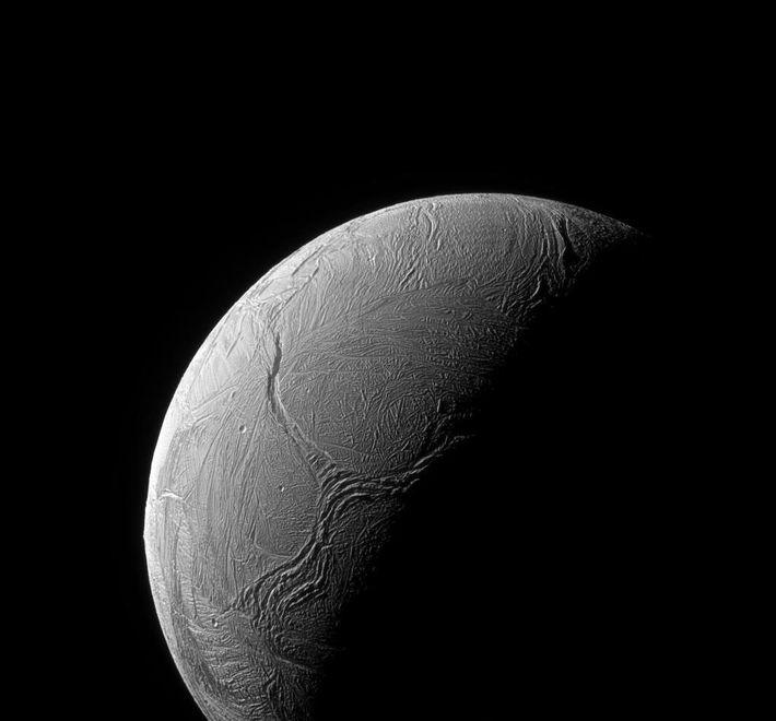 In der südlichen Polarregion durchziehen Risse die eisige Hülle von Enceladus.