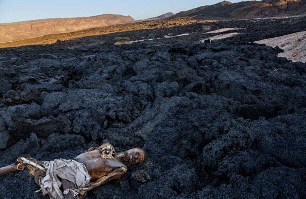 Die Reise dieses Mannes endete auf einem Lavafeld in Dschibuti. Dutzende Gräber und Leichen markieren den …