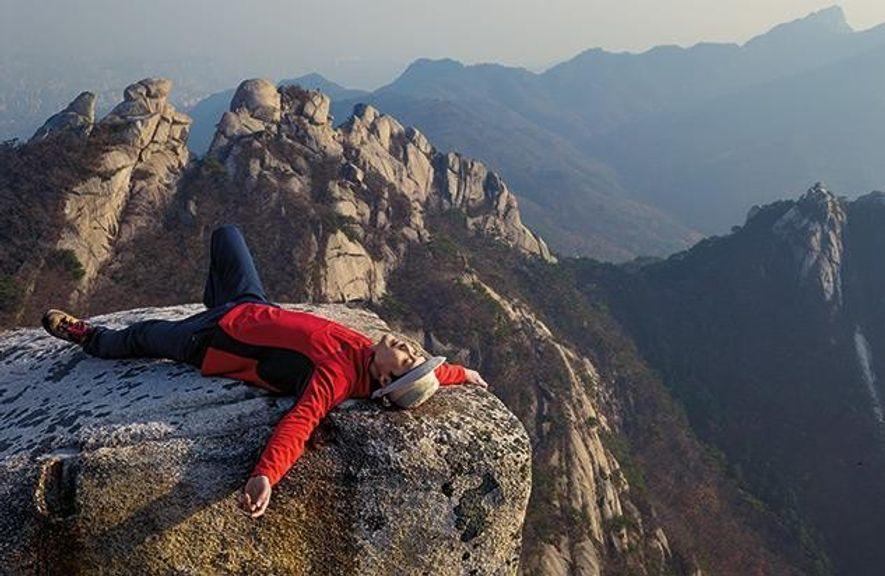 Sungvin Hong entspannt sich auf einem Gipfel im Nationalpark Bukhansan. Der Geschäftsmann arbeitet in der stressigen ...