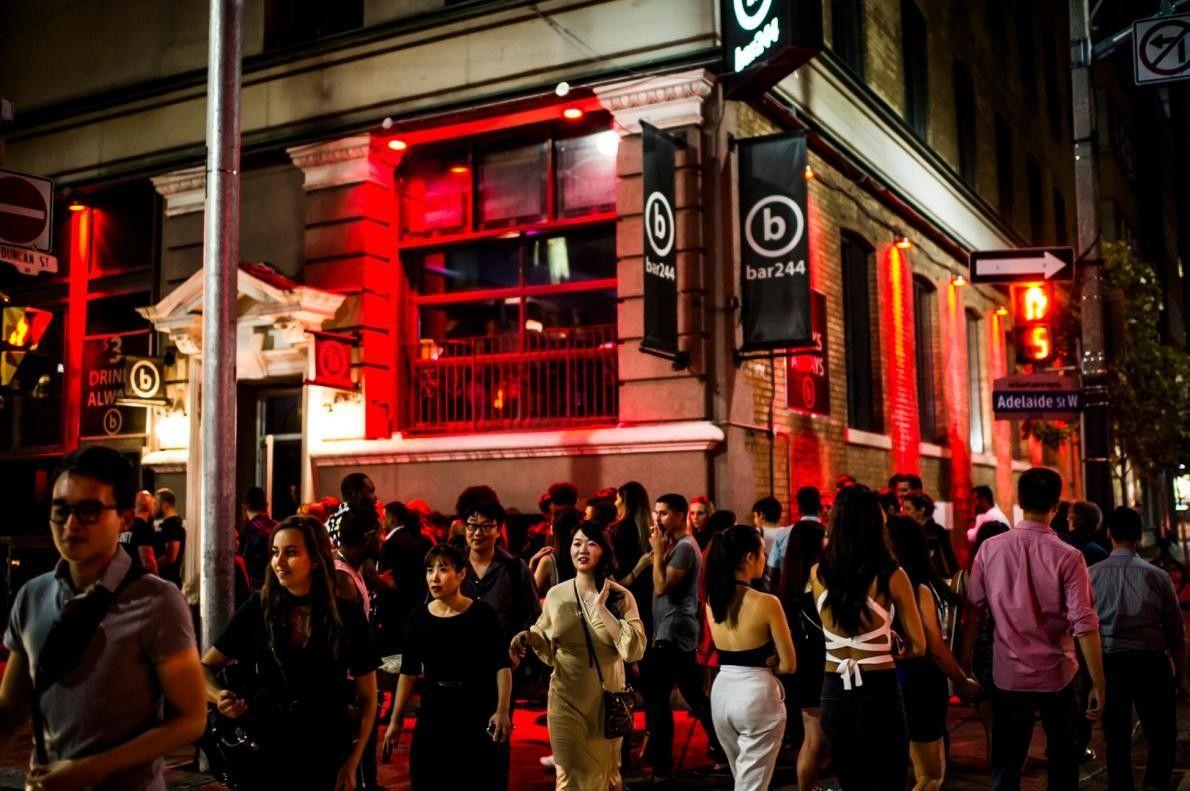 Die Adelaide Street im Herzen von Torontos Entertainment District.