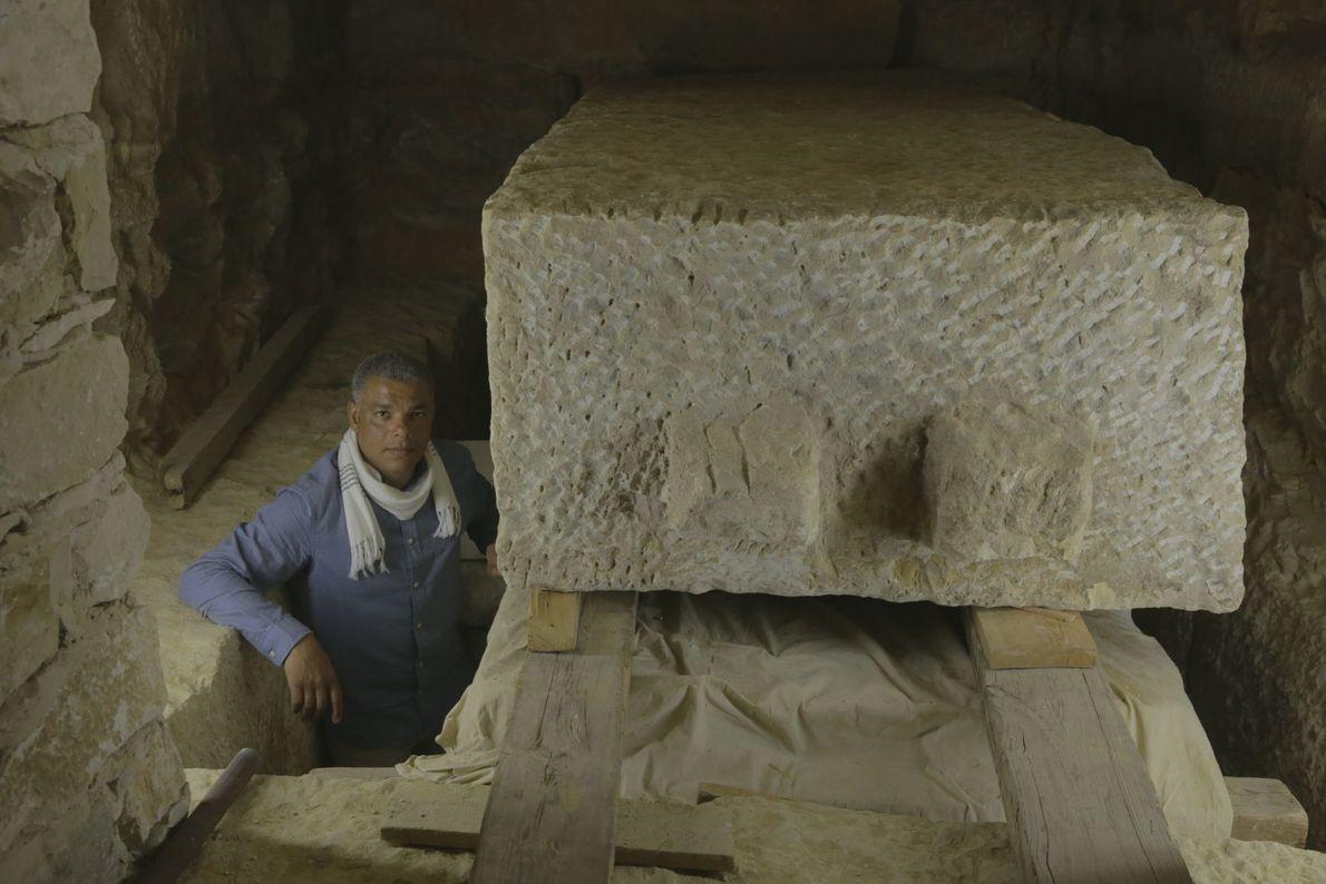 Hussein in einer der beengenden Grabkammern.