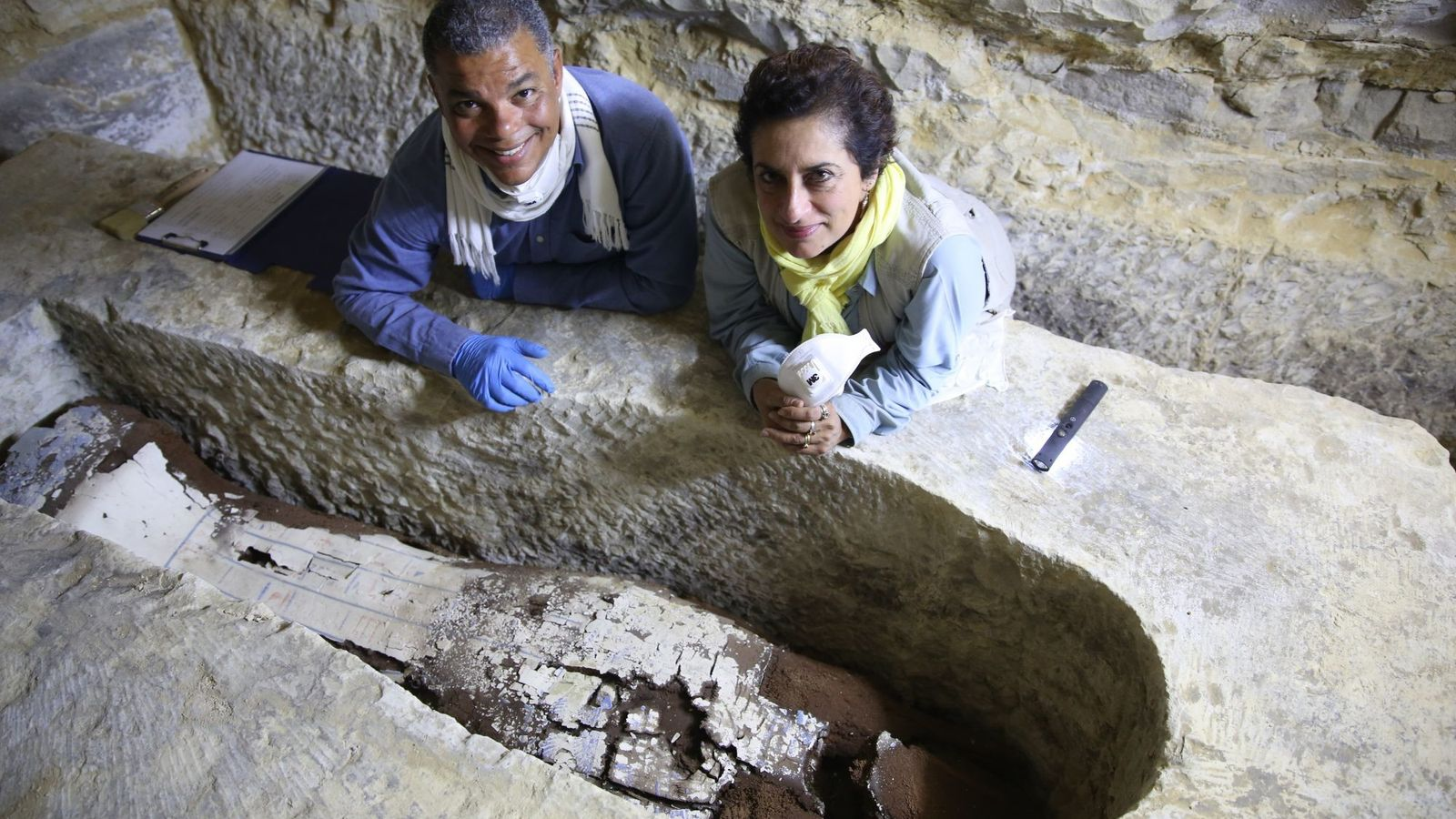 Tief unter dem Wüstensand untersuchen Grabungsleiter Dr. Ramadan Hussein (links) und Mumienspezialistin Salima Ikram den siebeneinhalb ...