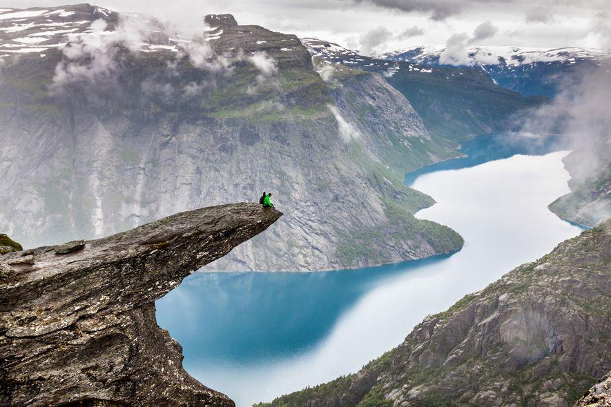 """TROLLTUNGA, NORWEGEN Die """"Trollzunge"""" ist ein Klippenvorsprung über dem See Ringedalsvatnet. Von dort hat man eine ..."""