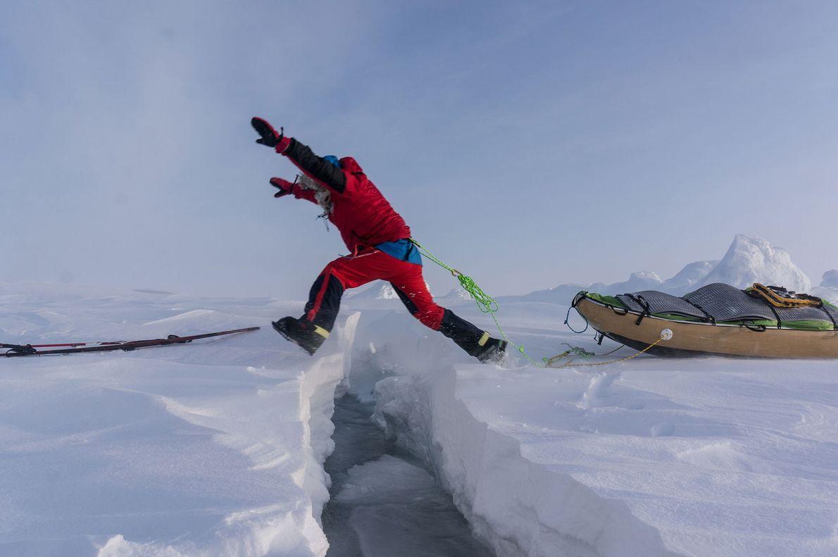 Im Bestfall sind die Risse und Spalten im Eis schmal genug, um hinüberzuspringen. Größere müssen durchschwommen ...