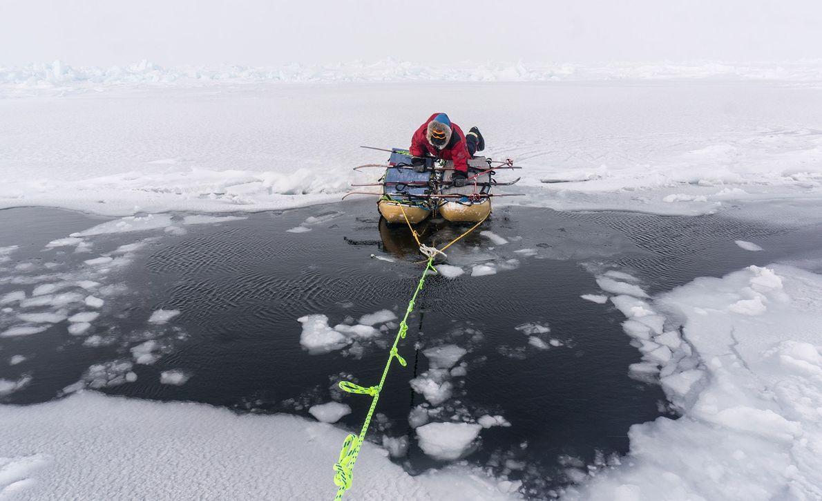 Um Energie zu sparen, schnürten Larsen und Waters manchem ihre Schlitten zusammen, um offenes Gewässer zu ...