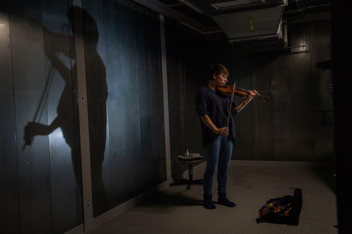 In ihrer Freizeit spielt die Geophysikerin Josefine Stakemann auf der Neumayer-Station Violine.