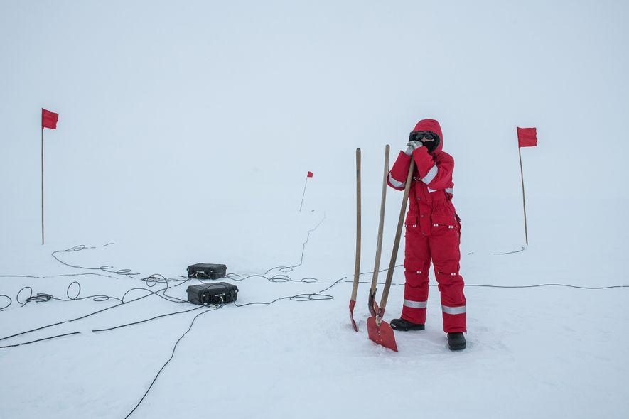 """Edith Korger, eine Geophysikerin des Alfred-Wegener-Instituts, stellt eine magnetotellurische Messstation auf. """"Bei dieser geophysischen Methode werden ..."""